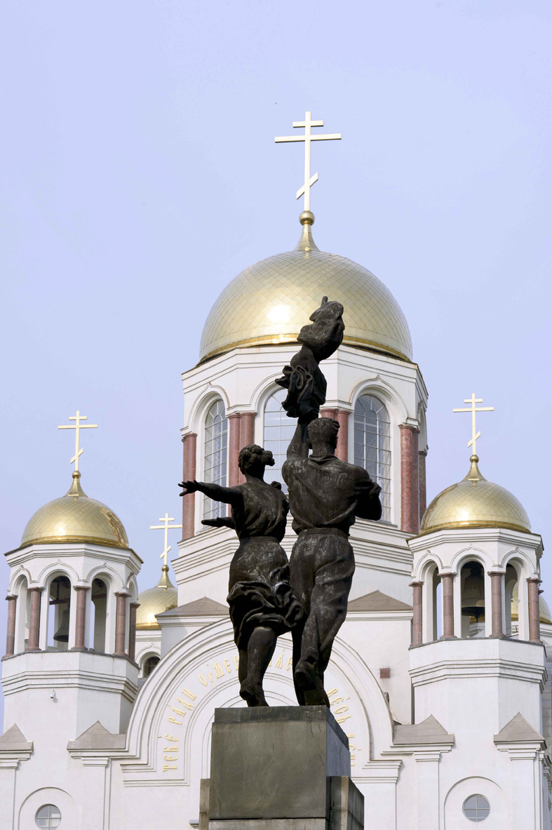 Komsomolzendenkmal und Blutskathedrale in Jekaterinenburg